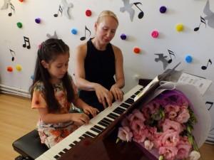 """Okulumuzda piyano dersi alan sevgili öğrencilerimiz """"Piyano Resitalini""""gerçekleştirdi.Başarılı performanslarından dolayı çocuklarımızı tebrik ediyoruz.."""