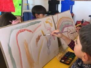 Çalışkan Arılar ayın ressamı Joan Miro' yu tanıdılar ve onun gibi çok renkli resimler yaptılar… minik ressamlar birlikte yaptıkları bir Miro tablosunu okula hediye ettiler….