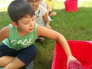 Yaz oyunlarına devam..su aktarma oyunu ile dikkat ve ince motor becerilerimizi geliştirirken..grup çalışması yapmanın tadını da çıkarıyoruz..