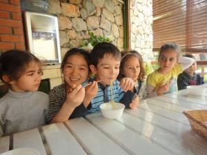 Çinli Misafirimizle Çubuklarla Yemek Yemeyi Öğrendik,Çince Şans ve Mutluluk Harflerini Öğrendik…