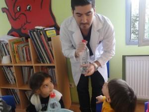 Bilim Dersimizde, katı,sıvı,gaz basınçlarını öğrendiğimiz, Şişe Şelalesi (Bottle Fontain) Deneyimizi Yapıyoruz…