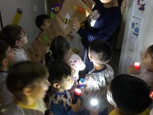 Pijama Partimiz 5 ve 6 yaşlar… Pijama Partisinde gece-gündüz kavramlarını öğrenirken… Hazine avı ile hayal dünyasına yolculuk yapıyorlar.