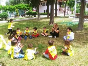Çalışkan Arılar… Okul Dışarda Gününde… Okul dışında, Pınar Süt fabrikasının bahçesinde oyunlar oynadılar…