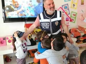 Orman sınıfından arkadaşımızın babası okulumuzda polis olarak mesleğini tanıttı… Bu güzel aile katılımı ve paylaşımları için kendisine çok teşekkür ederiz…