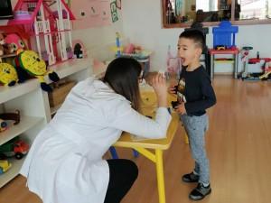 Orman Sınıfından arkadaşımızın annesi doktor velimiz, çocuklara doktorluk mesleğini tanıttı… Çocuklarımızı muayene edip reçete nasıl yazılır anlattı…