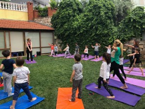 Çalışkan Arılar sınıfından arkadaşımızın annesiyle  bahçede yoga yaptık… Çok keyifli ve bir o kadarda yararlı olan bir etkinlik…