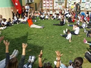 19 Mayıs Atatürk'ü Anma Gençlik ve Spor Bayramı haftasını coşkuyla kutluyoruz… Çocuklarımız, anne ve babaları ile birlikte spor yapıyoruz…