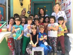Çalışkan Arılar, yaptıkları sorumluluk projesini tamamladılar… Her gün evden okula… Okuldan eve yumurtalarını kırmadan getirip götürdüler ve görevlerini başarıyla tamamladılar…