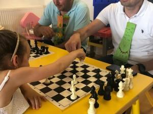 Satranç turnuvası sonucunda Çalışkan Arılar satranç madalyalarını alırken, 5 yaşlar da satranç başarı belgelerini aldılar…
